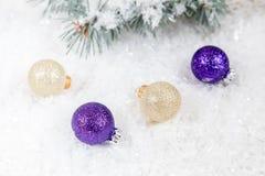 Bolas de la Navidad y del Año Nuevo en fondo ligero Imagen de archivo
