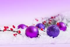 Bolas de la Navidad y del Año Nuevo en fondo ligero Foto de archivo