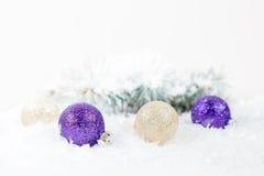 Bolas de la Navidad y del Año Nuevo en fondo ligero Foto de archivo libre de regalías