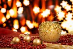 Bolas de la Navidad y gotas de oro en un fondo borroso Manzana hecha a mano Foto de archivo libre de regalías