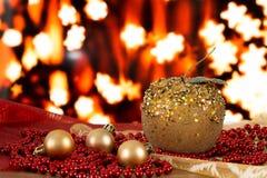 Bolas de la Navidad y gotas de oro en un fondo borroso Manzana hecha a mano Imagen de archivo