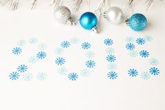 Bolas de la Navidad y números del Año Nuevo Imagenes de archivo