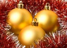 Bolas de la Navidad y oropel amarillos del piel-árbol Fotos de archivo libres de regalías