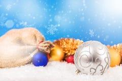 Bolas de la Navidad y paquete del ` s de Papá Noel Fotografía de archivo libre de regalías