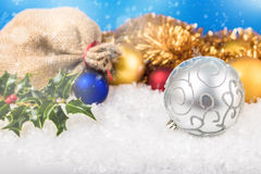 Bolas de la Navidad y paquete del ` s de Papá Noel Fotografía de archivo
