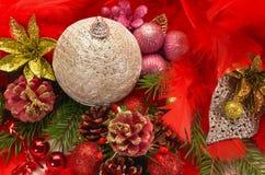 Bolas de la Navidad y plumas rojas Imagenes de archivo