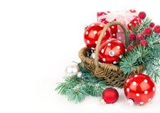 Bolas de la Navidad y ramas del abeto con las decoraciones aisladas encima Imagen de archivo