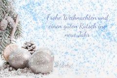 Bolas de la Navidad y ramas del abeto con nieve contra un fondo azul blanco Fotos de archivo libres de regalías