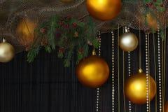 Bolas de la Navidad y ramas Spruce con los conos en Backgr natural Imagen de archivo libre de regalías