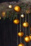 Bolas de la Navidad y ramas Spruce con los conos en Backgr natural Fotografía de archivo libre de regalías
