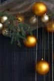 Bolas de la Navidad y ramas Spruce con los conos en Backgr natural Imágenes de archivo libres de regalías