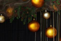 Bolas de la Navidad y ramas Spruce con los conos en fondo natural Imagenes de archivo