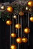 Bolas de la Navidad y ramas Spruce con los conos en fondo natural Imagen de archivo libre de regalías