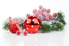 Bolas de la Navidad y ramificaciones del abeto con las decoraciones Fotografía de archivo libre de regalías
