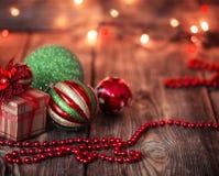 Bolas de la Navidad y regalo de la Navidad Imágenes de archivo libres de regalías