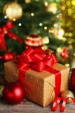 Bolas de la Navidad y regalo de la Navidad en fondo de madera Fotografía de archivo