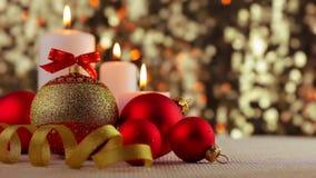 Bolas de la Navidad y velas ardientes metrajes
