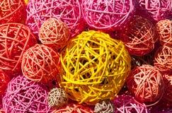 Bolas de la paja multicolora y de las ramas finas Fotos de archivo libres de regalías