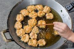 bolas de la pasta de pescado en la cacerola Fotos de archivo