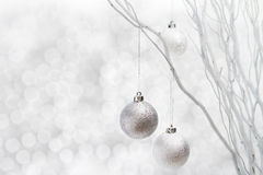 Bolas de la plata del fondo de la Navidad blanca Fotos de archivo