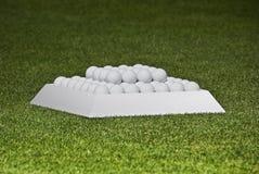 Bolas de la práctica en una configuración de la pirámide Imagen de archivo