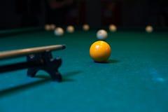 Bolas de la señal y del billar, fondo del juego del billar Foto de archivo