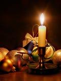 Bolas de la vela y de la Navidad imagenes de archivo