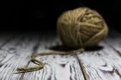 Bolas de lanas en fondo de madera Foto de archivo