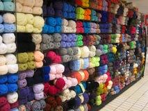 Bolas de lanas o del hilado en una tienda. Fotos de archivo
