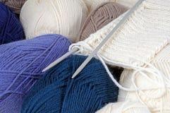 Bolas de lanas y de hacer punto Fotografía de archivo libre de regalías