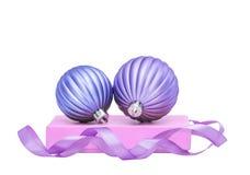 Bolas de las chucherías de la Navidad de la lila y del Año Nuevo Imágenes de archivo libres de regalías
