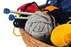 Bolas de las lanas de diversos colores en una cesta imágenes de archivo libres de regalías