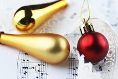 Bolas de las notas y de la Navidad Imágenes de archivo libres de regalías
