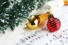 Bolas de las notas y de la Navidad Fotos de archivo