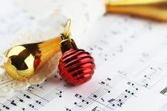Bolas de las notas y de la Navidad Imagenes de archivo