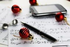 Bolas de las notas y de la Navidad Fotografía de archivo libre de regalías
