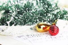 Bolas de las notas y de la Navidad Fotografía de archivo