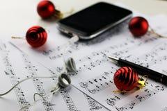 Bolas de las notas y de la Navidad Foto de archivo libre de regalías