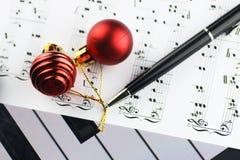 Bolas de las notas y de la Navidad Imagen de archivo