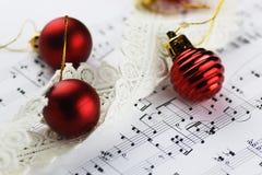 Bolas de las notas y de la Navidad Fotos de archivo libres de regalías