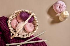 Bolas de linhas e de agulhas de confecção de malhas de lã Estilo escandinavo Linhas para fazer malha em uma cesta Fotografia de Stock Royalty Free