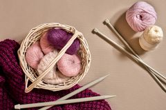 Bolas de linhas e de agulhas de confecção de malhas de lã Estilo escandinavo Linhas para fazer malha em uma cesta Foto de Stock