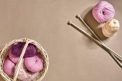 Bolas de linhas e de agulhas de confecção de malhas de lã Estilo escandinavo Linhas para fazer malha em uma cesta Fotografia de Stock