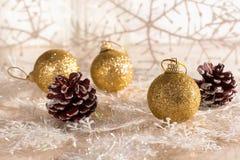 Bolas de los conos y de la Navidad en un fondo hermoso del invierno Foco selectivo Fotos de archivo