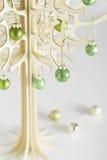 Bolas de madera contemporáneas del verde del árbol de navidad Imagen de archivo libre de regalías