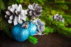 Bolas de madera de la Navidad del pino spruce del árbol de navidad Imagen de archivo