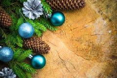 Bolas de madera de la Navidad del pino spruce del árbol de navidad Fotos de archivo