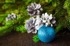 Bolas de madera de la Navidad del pino spruce del árbol de navidad Foto de archivo