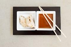 Bolas de masa hervida asiáticas del gyoza con la salsa Imagenes de archivo