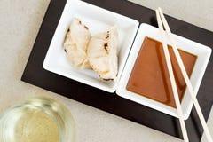 Bolas de masa hervida asiáticas del gyoza con la salsa Foto de archivo